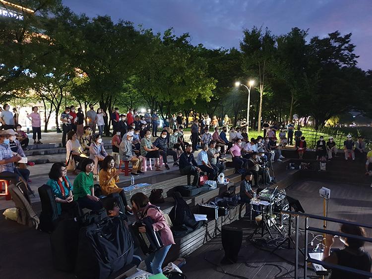 공연에 참여해 하나 되는 지역 주민들.